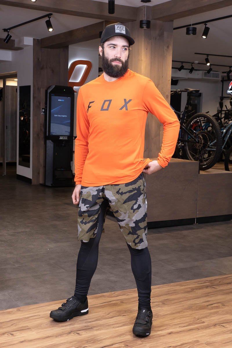 Homme portant un maillot fox orange et pantalon noir