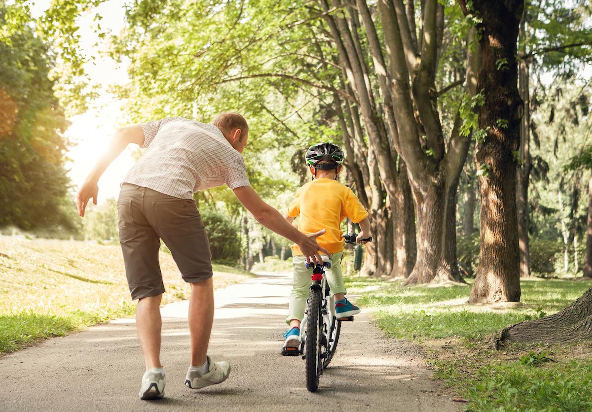 Apprendre à son enfant à faire du vélo: mode d'emploi