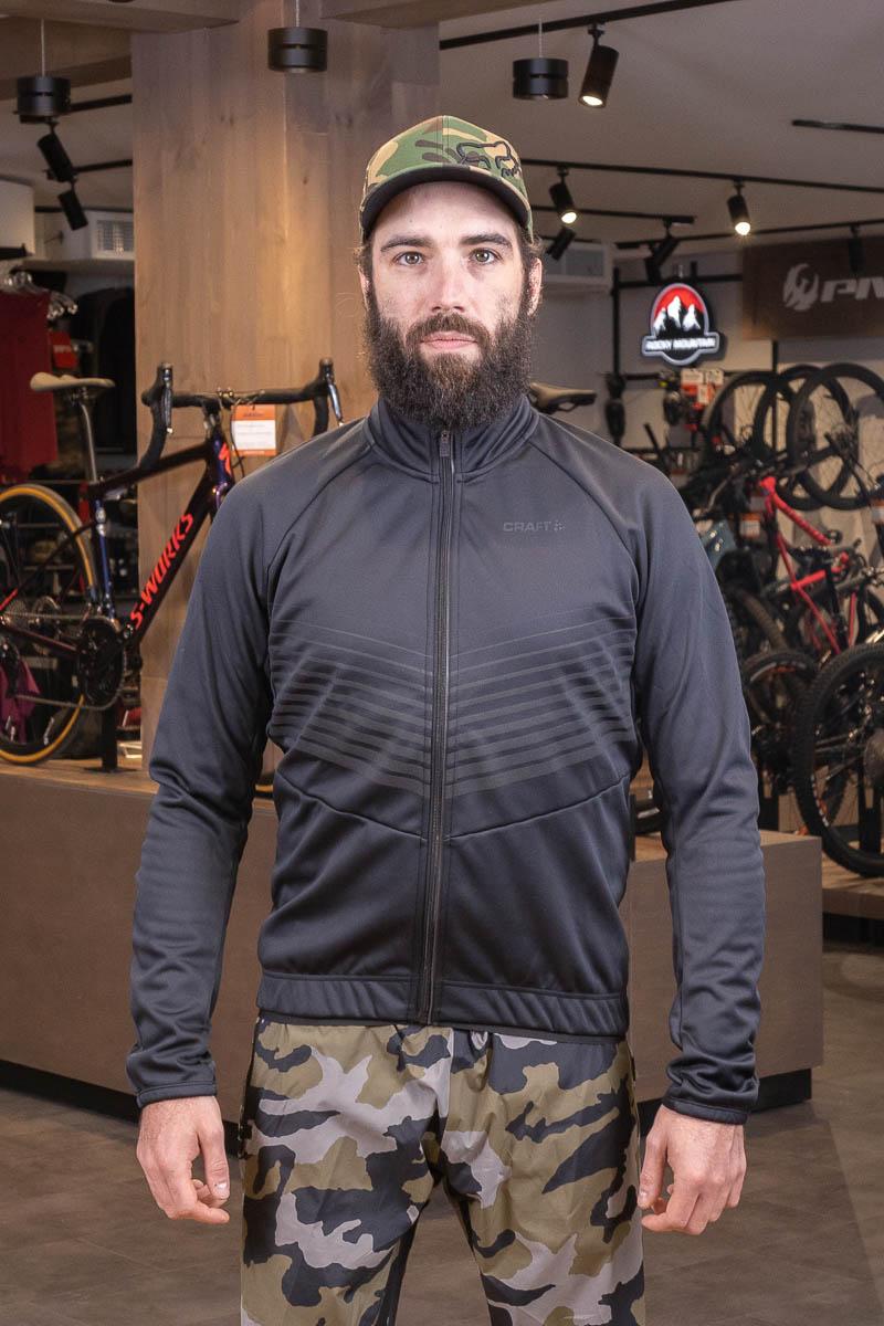 homme portant un manteau noir Craft hiver vélo de montagne