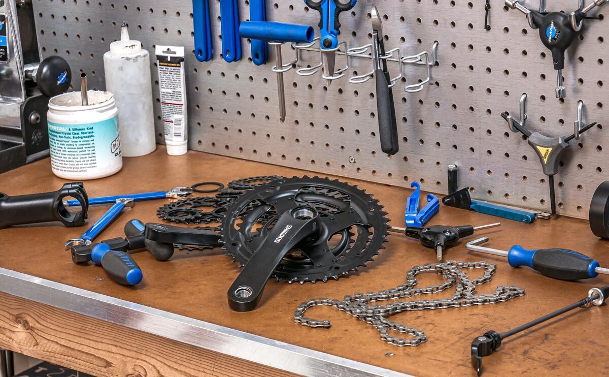 Pièces de vélo sur un bureau