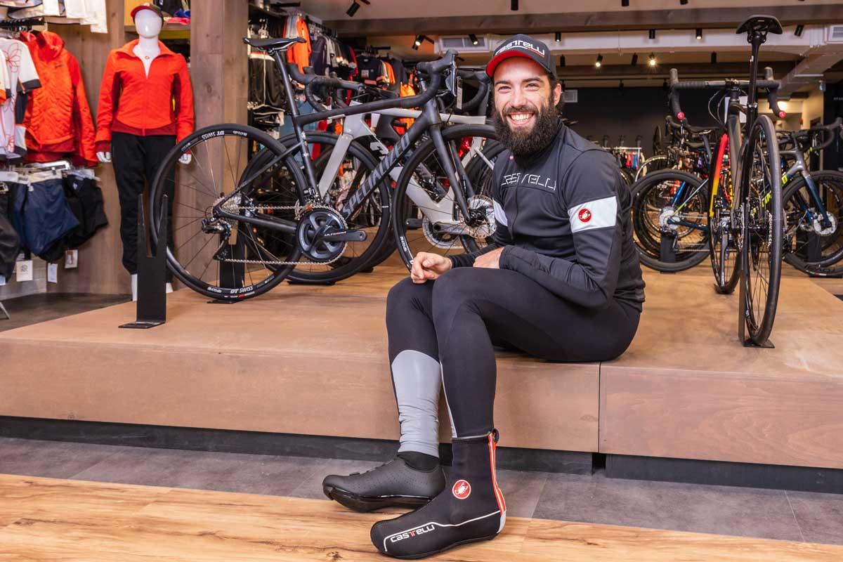 homme habillé en tenue de vélo d'hiver Castelli