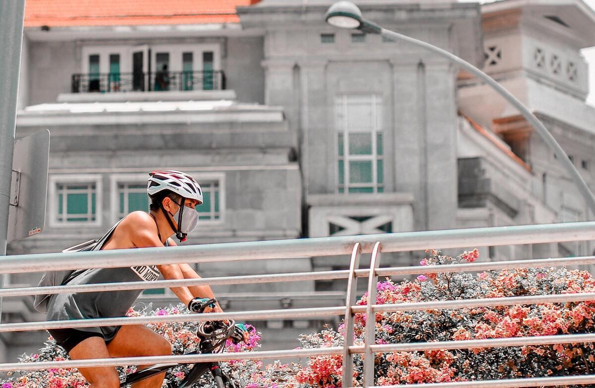 Homme avec un masque sur un vélo