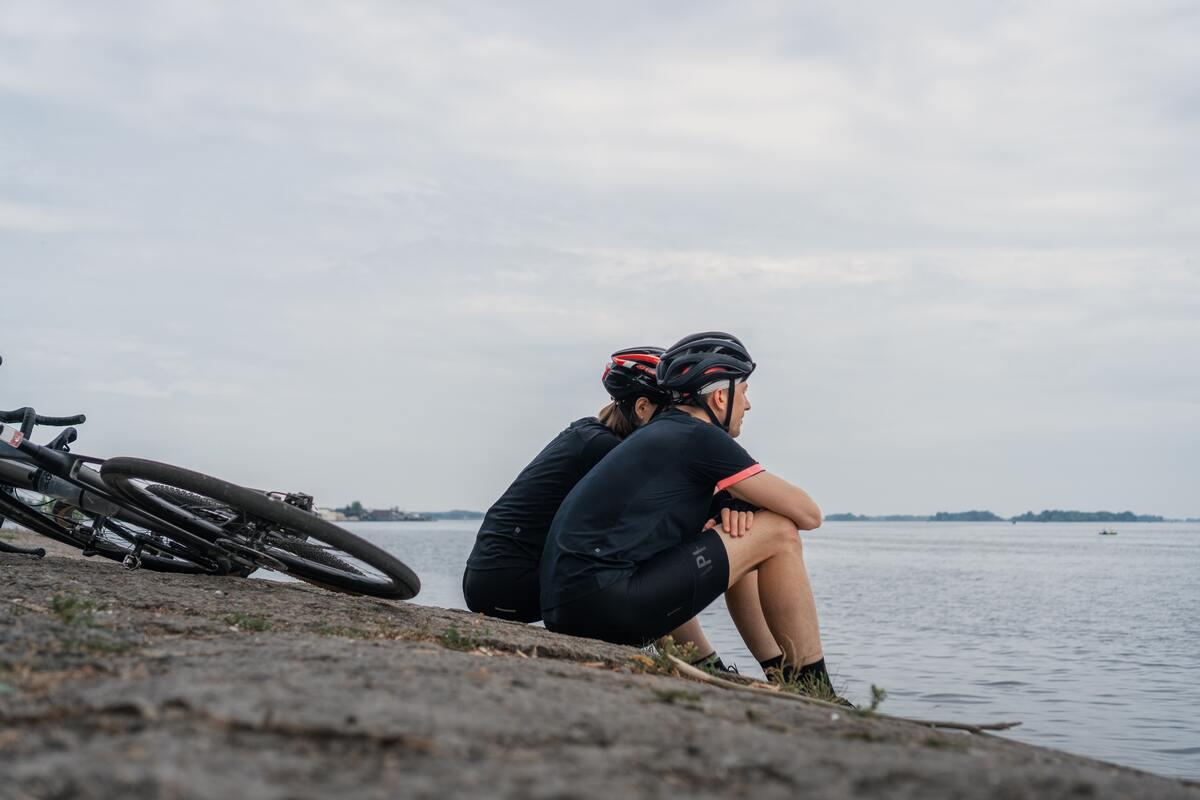 Coupe qui se repose en vélo